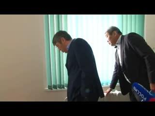 Алексей Цыденов проверяет температуру в школе. Нестерово, Прибайкальский район