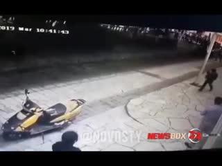 Мэра мексиканского города за неотремонтированные дороги привязали к машине и протащили по улицам