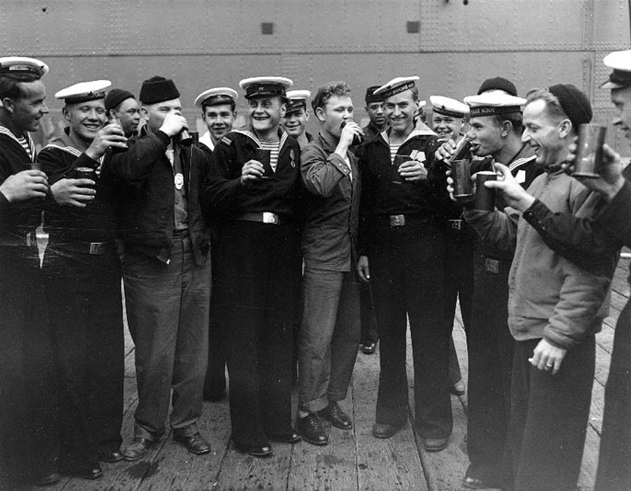 Советские и американские моряки празднуют капитуляцию Японии, 15 августа 1945 года.