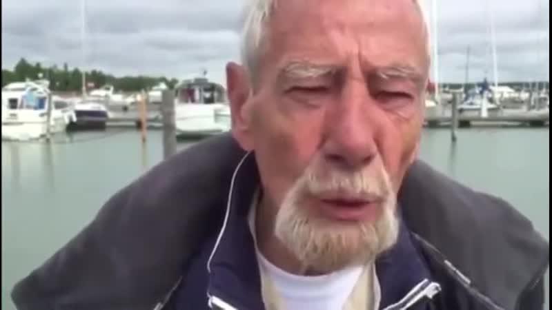 Weißer alter Mann bietet seine Unterstützung an