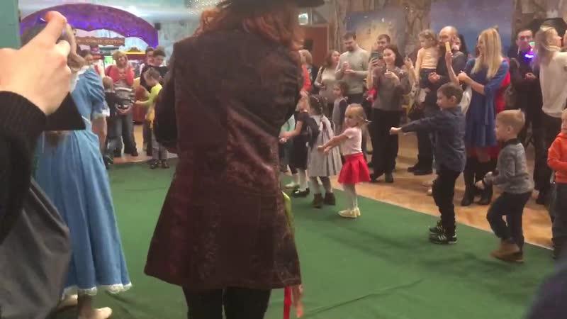 Массовые танцы перед представлением в цирке танцующих фонтанов Аквамарин