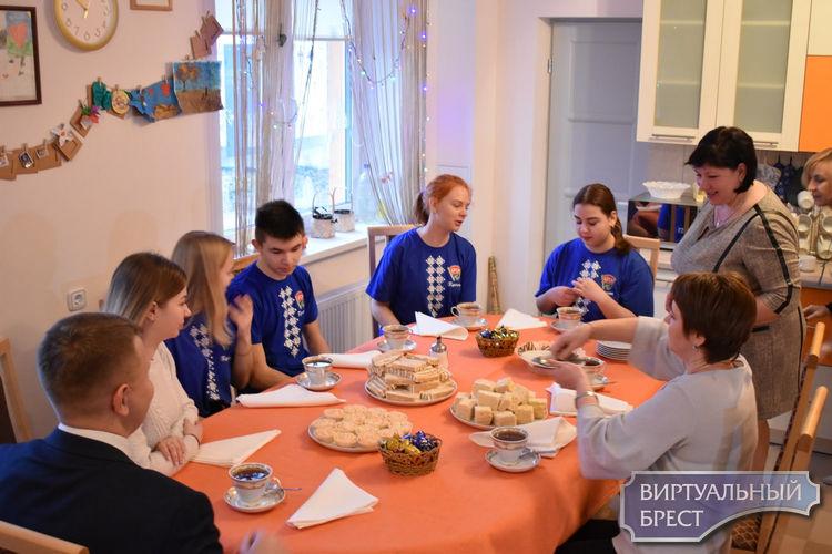 Ребятам детского дома семейного типа Ленинского района г. Бреста привезли подарки