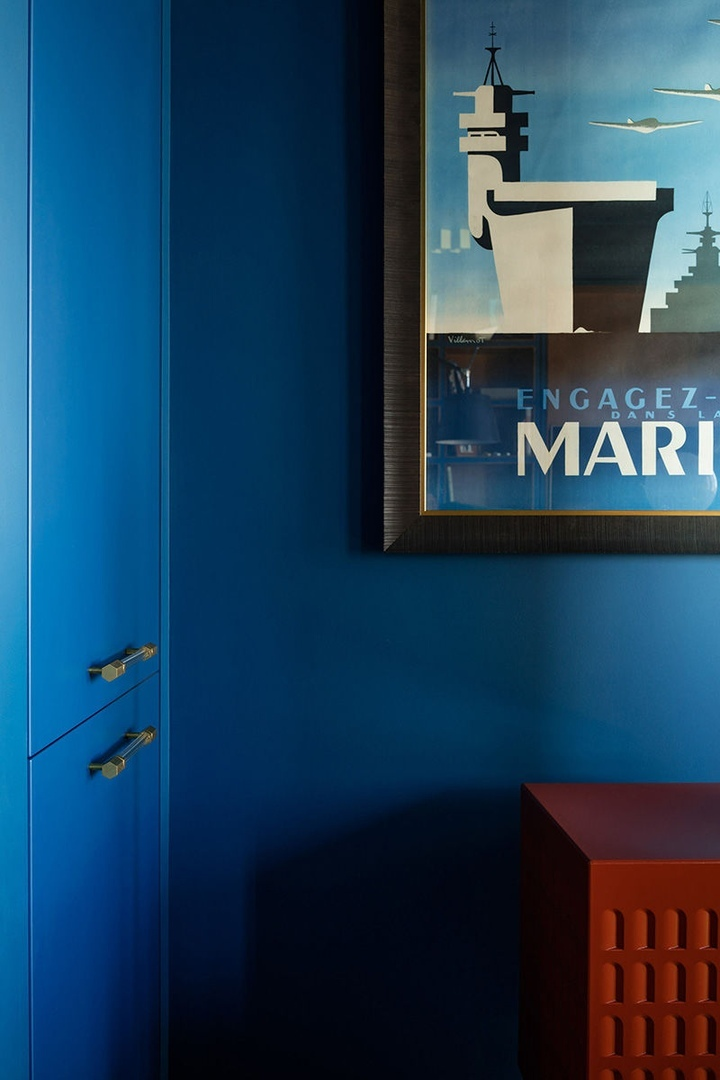 Глубокий синий в небольшой квартире дизайнера в Москве (55 кв.