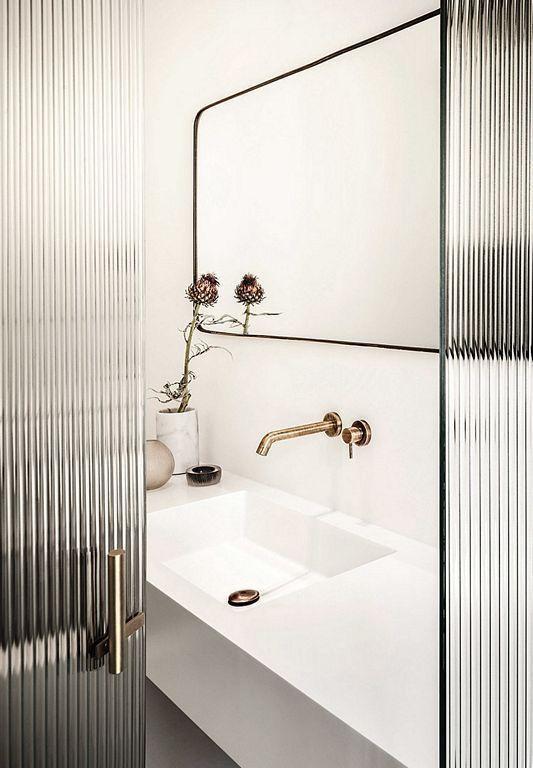 Матовые и обычные глянцевые стекла в интерьерах постепенно выходят из моды, а им на смену приходят ребристые.