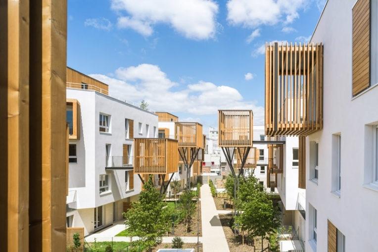 Современный жилой комплекс на окраине Парижа