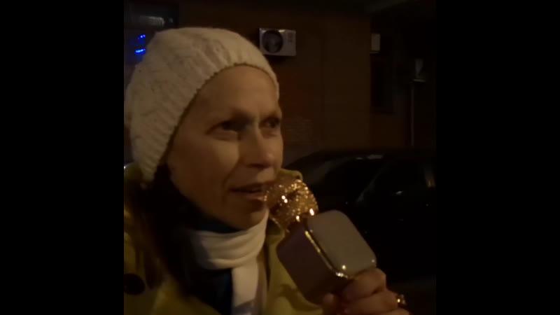 Москвичка из Хорошёва-Мнёвников поёт блатняк прямо на улице