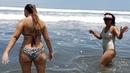 Cindy y Alissa se quitan la arena del mar y disfrutan de la piscina El Salvador Daily