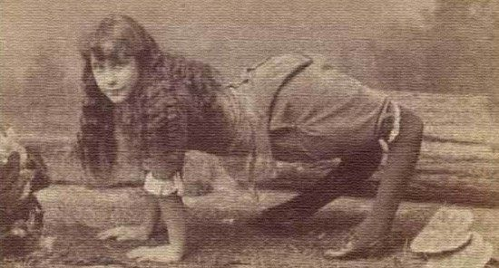 ДЕВОЧКА ВЕРБЛЮД В конце 19 века в одном из американских цирков появился новый персонаж - девочка-верблюд. Так прозвали 13-лентнюю Эллу Харпер за то, что ее колени сгибались в обратную