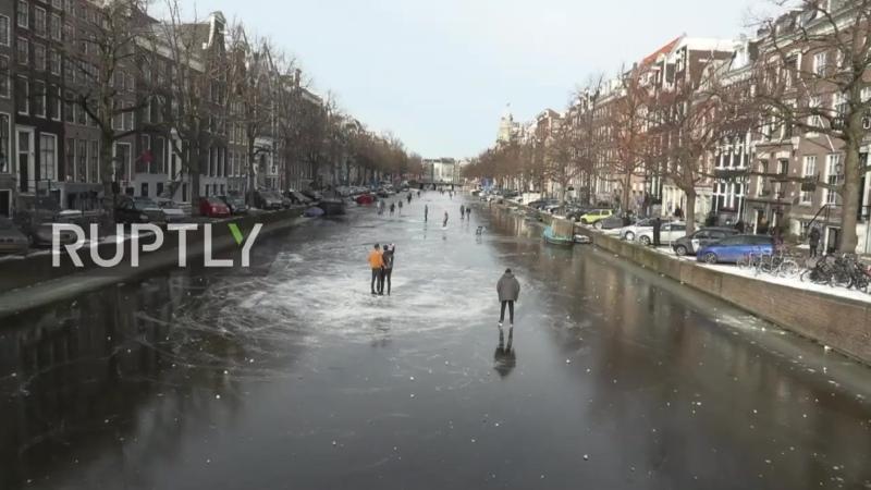 Заледеневшие каналы Амстердама (Нидерланды, 14.02.2021).