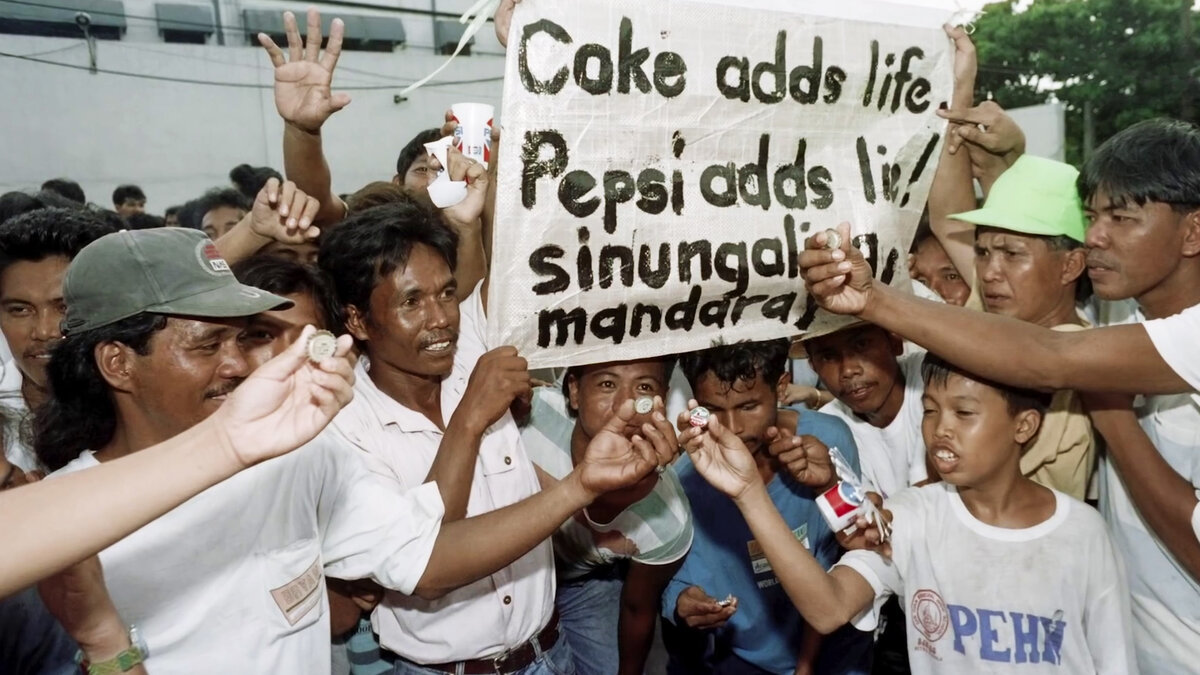 Однажды Pepsi по ошибке выпустила 600000 крышек с призом 1 млн на каждой. Победители собрались и пошли забирать деньги