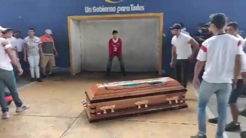 Amigos homenageiam rapaz de 16 que amava futebol e foi assassinado