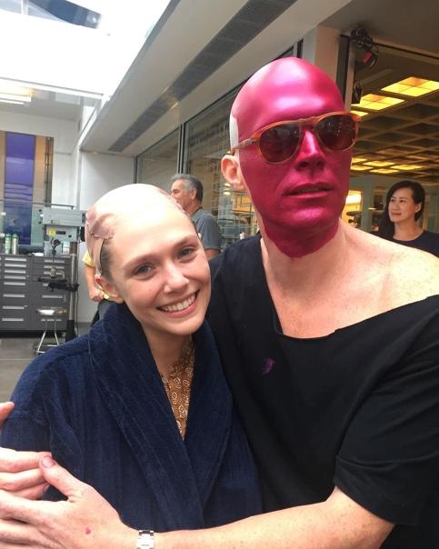 Элизабет Олсен и Пол Беттани на съемочной площадке «Войны бесконечности»