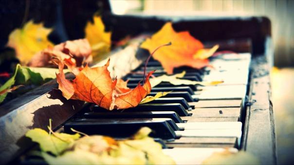 ПУСТЬ... Осень ждёт моих объятий Листопадом на ветру, Чаем липовым к утру, Шёлком золочёных прядей. Обещаю не впаду В долю горькую ночами Между дней и берегами, Что на сердце вдруг найду. Осень