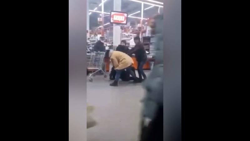 В Липецкой области в г Грязи женщина нокаутировала охранника в гипермаркете