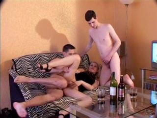 Напоили девку и трахают вдвоем (любительское порно, минет, анал, частное порно, секс, русское порно, студентка, малолетка)