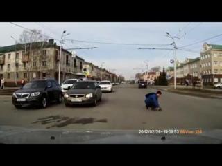 Парень спас котёнка, выбежавшего на проезжую часть