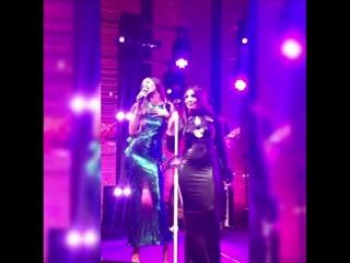 Мелисса поёт дуэтом с Тони Брэкстон (вечеринка в честь 30-летия Рианны)