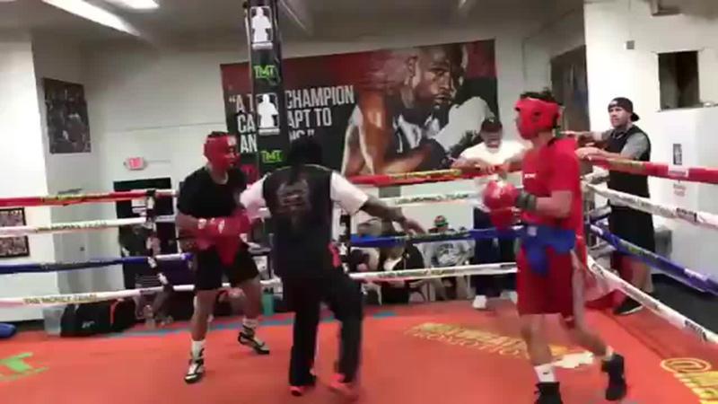 Роландо Ромеро (черная футболка) избивает Раяну Гарсию (красная футболка)