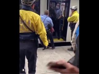 США. 9 полицейских выбрасывают из автобуса в Филадельфии мужика, который попытался проехать без защитной маски на лице.