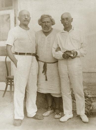 Викентий Вересаев (слева), поэт и художник Максимилиан Волошин (в центре) и художник-пейзажист Константин Богаевский.Фотография. Крым, Коктебель, 1927 г.