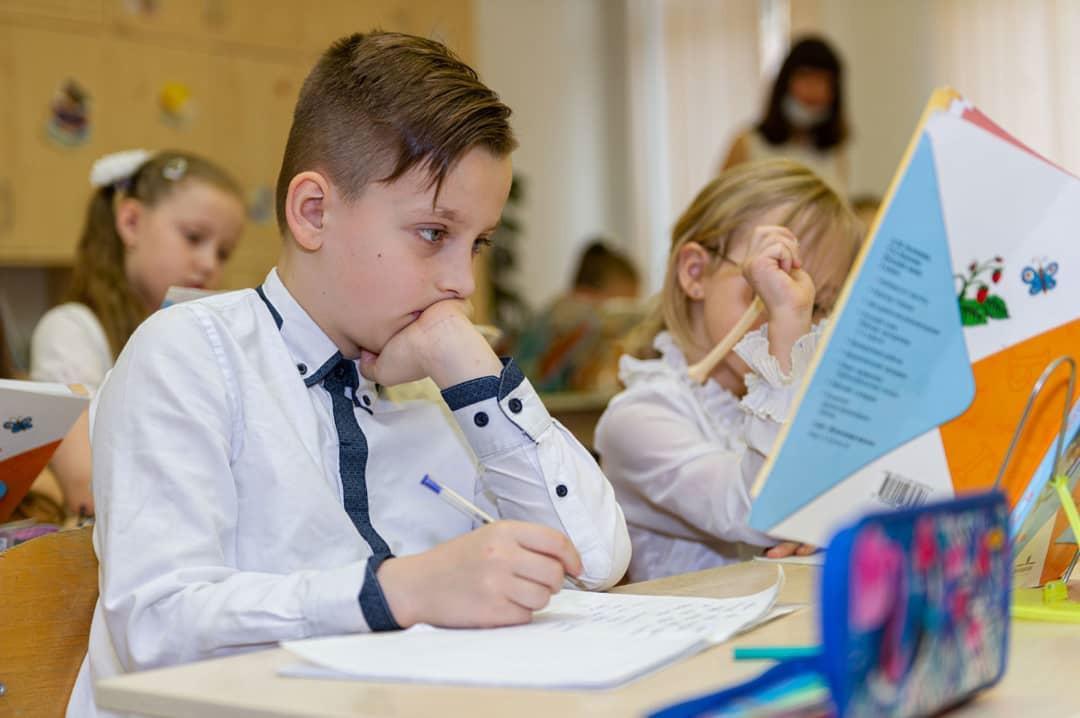 Подписан закон о зачислении в одну школу братьев и сестёр независимо от их прописки