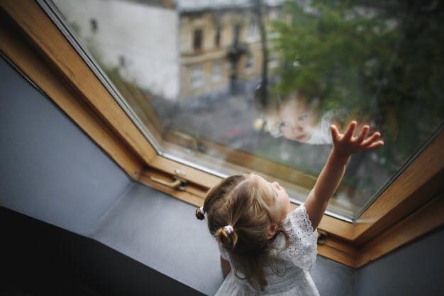 3-летняя девочка выпала из окна второго этажа