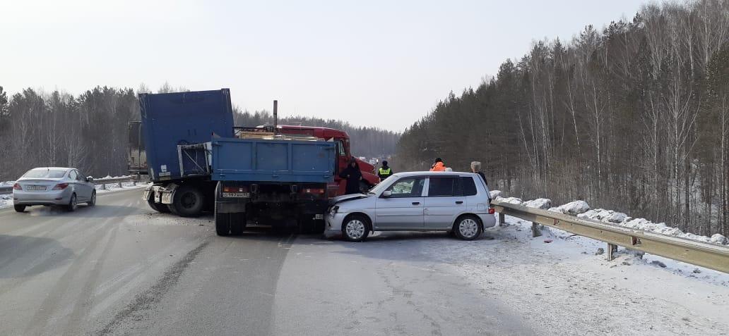В ДТП на трассе пострадал водитель «КАМАЗа»