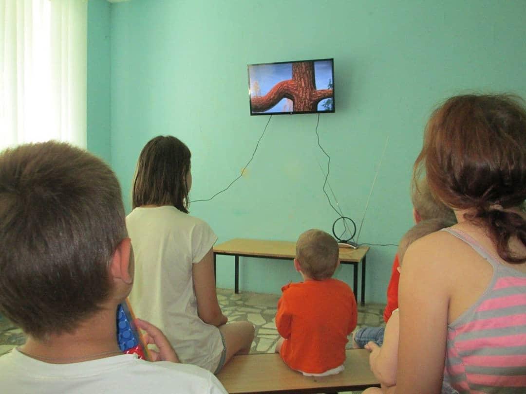 Депутат Петровского районного Собрания Валерий ЧЕРНОВ оказал благотворительную помощь детскому отделению местной больницы — подарил телевизор в игровую комнату