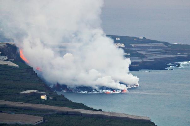 Лава из вулкана на Канарских островах достигла океана