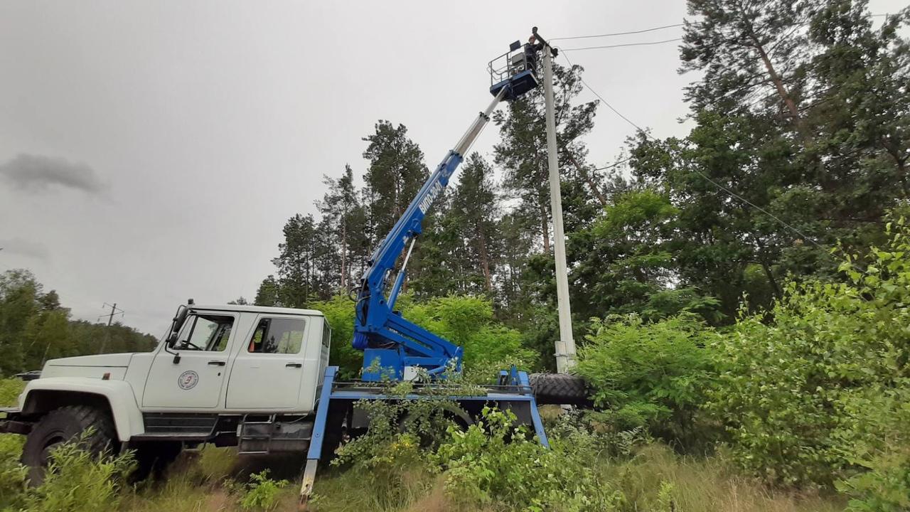 """Спецы «Брестэнерго» показали поваленные и """"срубленные"""" бурей столбы электропередач"""