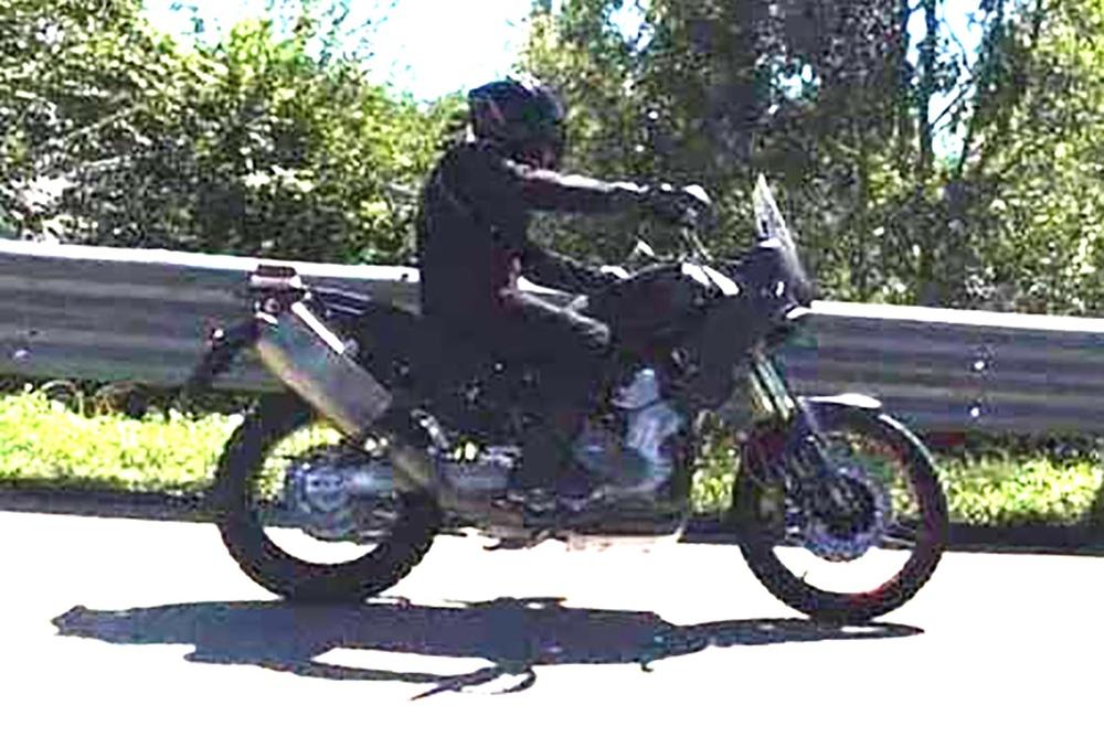Первые шпионские фото Aprilia Tuareg 660 на дороге