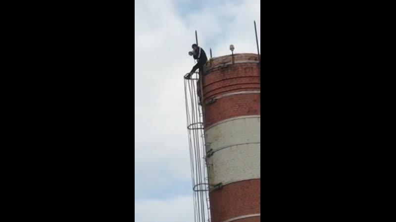 В Новороссийске мужчина забрался с рупором на трубу котельной чтобы высказать недовольство властью