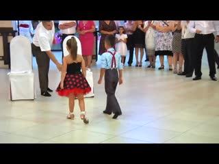 Cпортивные бальные танцы для детей Бальные танцы или спортивные бальные танцы – это одновренменно и спорт, и искусство. Это целый неповторимый и своеобразный мир грации и красоты, с большим количеством различных событий, танцевальных звезд и возможностей. Детские спортивные бальные танцы – это один из самых массовых видов спорта в России Огромным преимуществом детских спортивных бальных танцев является то, что большинство детей может заниматься танцами и достигать больших успехов в них, потому что как прави