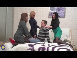 Молодой пацан трахнул 3 милф мамку и ее подруг сочные давалки изменяют своим мужикам с молодым сынком жопастая русская мамка