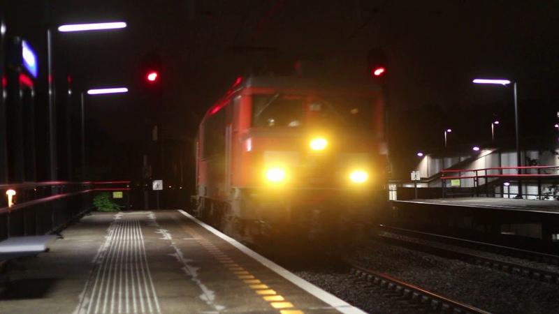 DB 1600 met keteltrein komt door station Almere Buiten