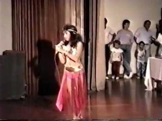 Shakira de 12 años - Canta y Baila en Arabe. / 12 years old Shakira singing and dancing bellydance /