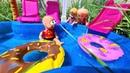 КАК ВЫТАЩИТЬ МАКСА ИЗ БАССЕЙНА Веселая семейка Кати и Макса сериал живые куклы Барби в отпуске